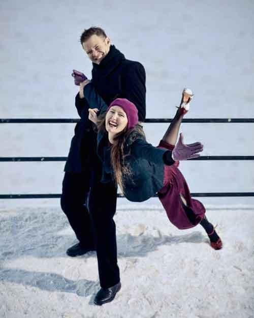 par som leker i snøen