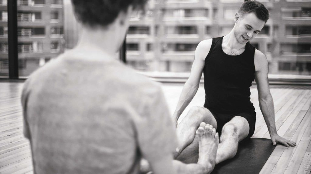 yogalærer henrik i oslo gjør par yoga