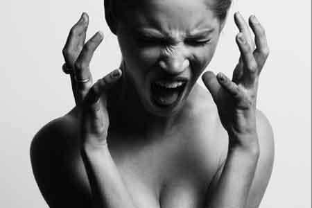 kvinne har mensen og skriker