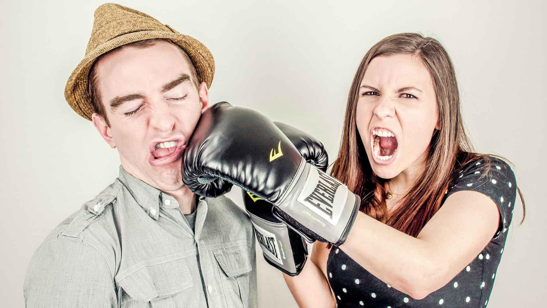 hun har boksehansker og slår ham