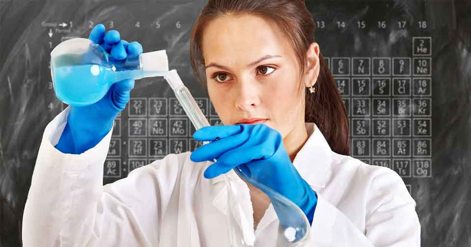 vitenskapskvinne med prøverør, gjør eksperiment