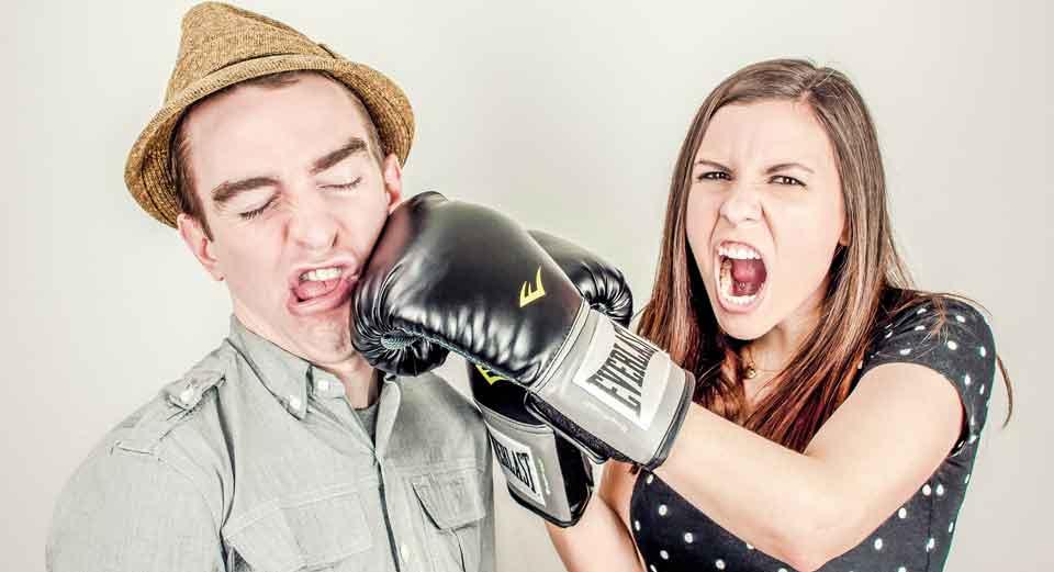 kvinne slår mann med boksehansker, de trenger parterapi